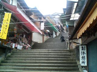階段見上げる